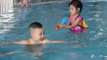 Hoạt động với nước tại bể bơi